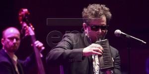 epa05391162 Argentinian musician Andres Calamaro (R) performs during his concert at the Sala Mozart del Auditorio de Zaragoza, in Zaragoza, Spain, 25 June 2016, as part of his 'Licencia para cantar' tour.  EPA/JAVIER CEBOLLADA