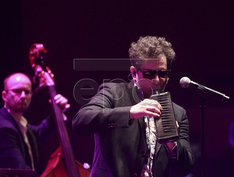 epa05391162 Argentinian musician Andres Calamaro (R) performs during his concert at the Sala Mozart del Auditorio de Zaragoza, in Zaragoza, Spain, 25 June 2016, as part of his 'Licencia para cantar' tour.  EPA/JAVIER CEBOLLADA